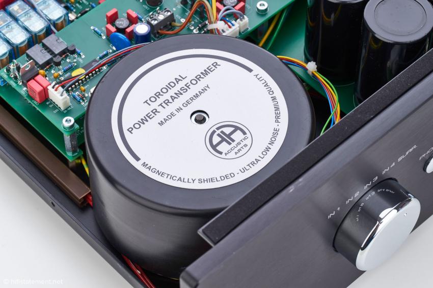 Im Bild der geschirmte Ringkerntransformator des Power I MK 4 mit 600 VA Leistung. Dieser versorgt selbstverständlich Vor- und Endstufensektion getrennt