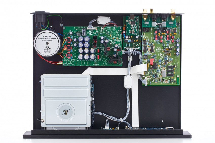 Des Player I wurde kompromisslos aufgebaut: Der Ringkerntrafo versorgt natürlich die Digital- und Analogsektion sowie das Display getrennt. Dazu kommen ein voll gekapseltes CD-Laufwerk und räumlich getrennte Analog- und Digitalplatinen