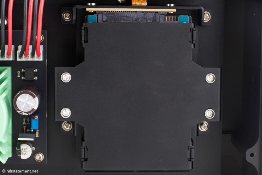 Unter dieser Abdeckung arbeitet Auralics Tesla-G2-Plattform mit zwei Gigabyte System- und acht Gigabyte Datenspeicher