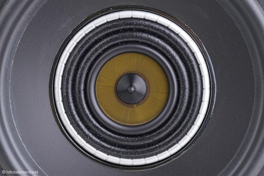 Der Bass-Membran-Durchmesser beträgt ohne die Gummi-Sicke 12,5 cm