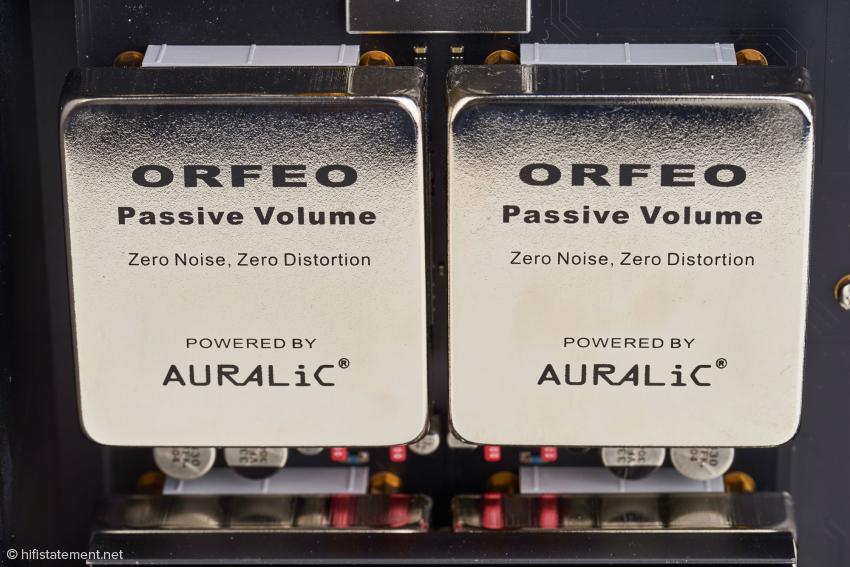 Die Orfeo-Class-A-Ausgangsmodule und das Widerstandsnetzwerk zur Lautstärkeregelung mit den speziellen Relais werden von diesen Abdeckungen geschirmt