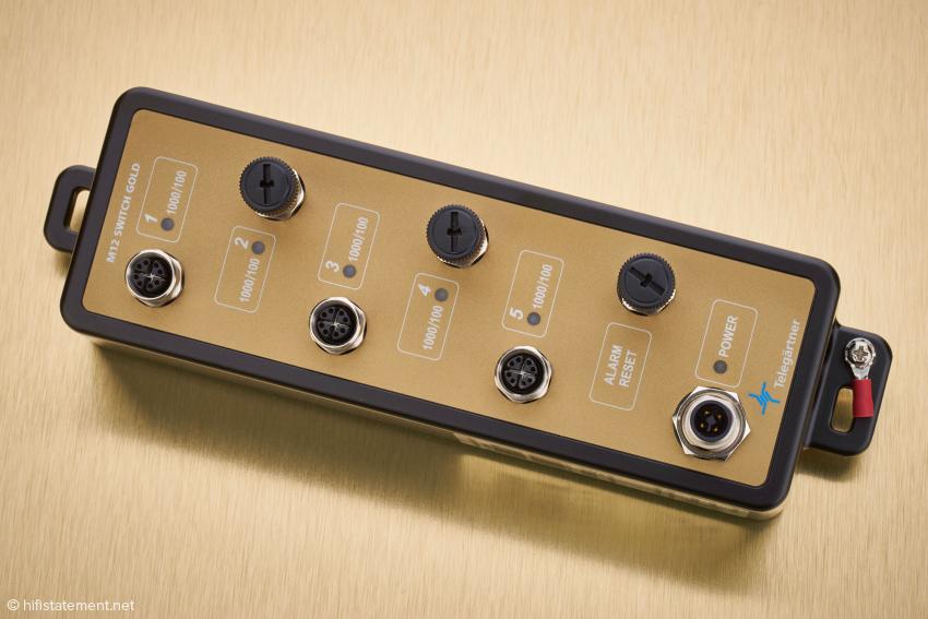Das M12 Switch Gold mit seinen fünf Anschlüssen und der Buchse zu Stromversorgung. Ganz rechts die Erdungsklemme