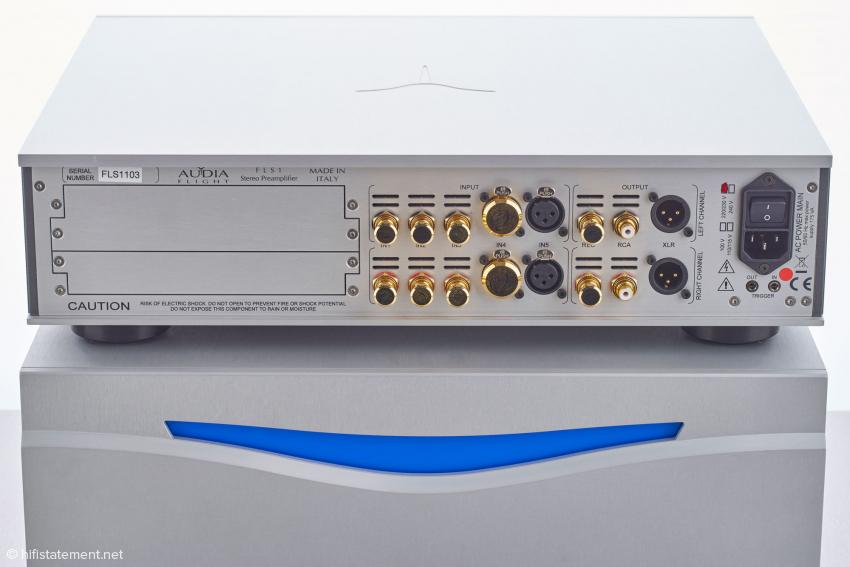 Fünf Eingänge, zwei davon symmetrisch, zwei Ausgänge, einmal symmetrisch und einmal unsymmetrisch, und zusätzlich ein unsymmetrischer REC Out; die RCA- und XLR-Caps stammen aus dem Zubehörprogramm von Sieveking