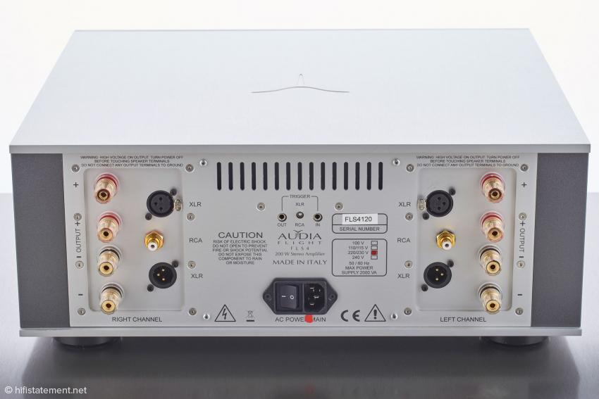 Das Anschlussfeld der Endstufe mit RCA- und XLR-Eingängen, einem XLR-Ausgang für das Durchschleifen des Signals zu einer weiteren Endstufe und soliden Bi-Wiring-Terminals für den Anschluss der Lautsprecher