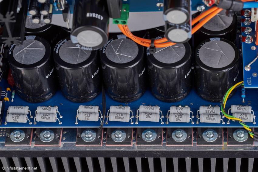 Die Kondensatoren für den Leistungsteil sitzen direkt bei den Ausgangstransistoren