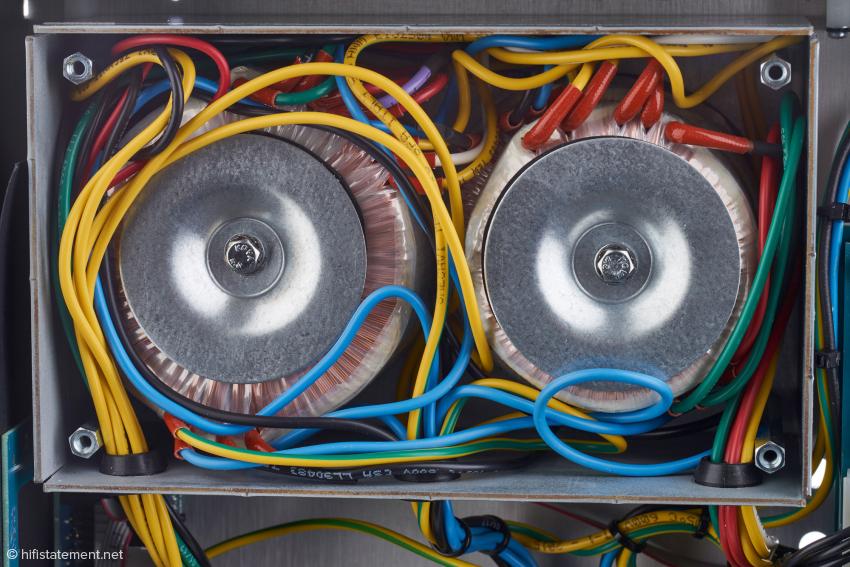 Die Siebkondensatoren des Netzteils werden mechanisch beruhigt und gleichzeitig vor Einstreuungen abgeschirmt