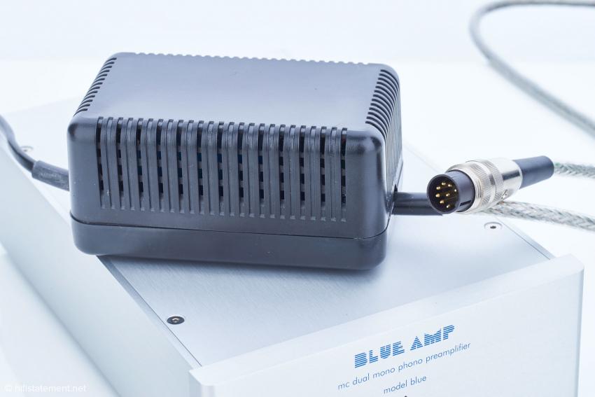 Zum Lieferumfang des model blue gehört in der Grundausstattung dieses Netzteil