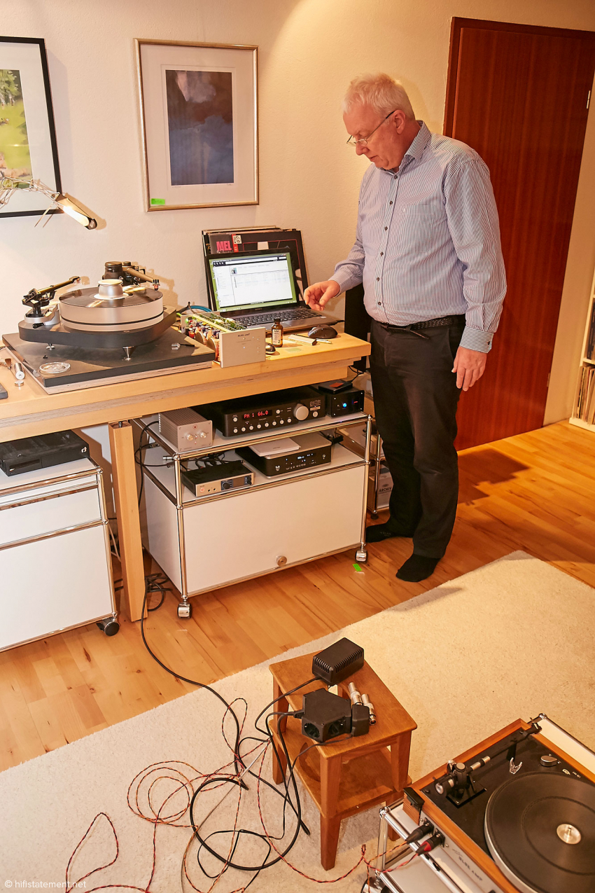 In seinem Hörraum demonstrierte mir Rolf Becker mit unterschiedlichen Verkabelungen die Vorteile seiner symmetrischen Schaltung