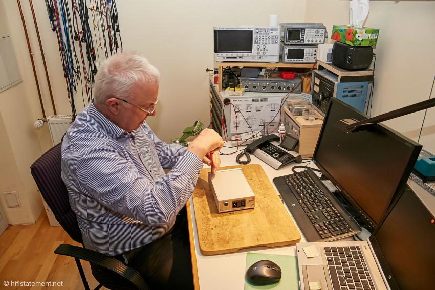 Rolf Becker an seinem Messplatz – zu seinem Messgeräte-Park gehört auch ein Analyzer von Audio Precision