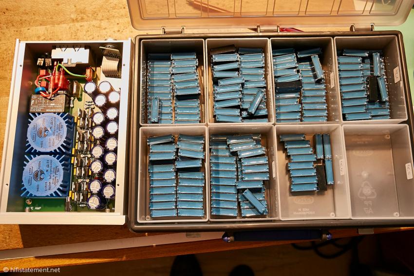 Außerordentlich wichtig ist die Gleichheit der Bauteile in den parallelen Signal-Wegen. Hier sieht man, neben dem geöffneten model ps 300, eine Sammlung bereits ausgemessener, selektierter und gepaarter EMZ-Kondensatoren für das model blue MKII