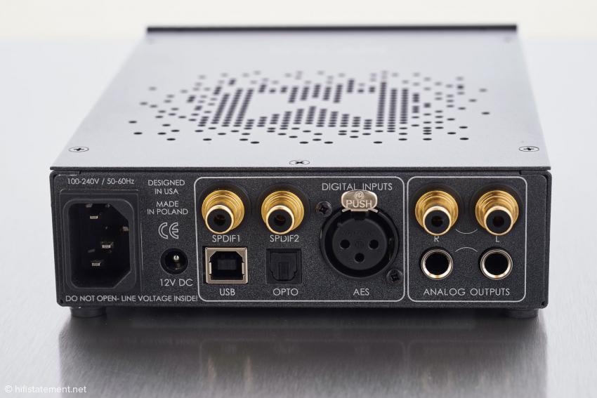Zu den gängigen Hi-Fi-Standards gesellt sich eine XLR-Eingangsbuchse nach professioneller AES/EBU-Normung und ein zusätzlicher 12-Volt-Anschluss für ein externes Netzteil