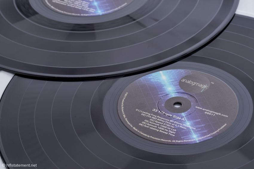 Diese beiden LP gehören zum Lieferumfang: Eine enthält Messsignale für die Justage bei 33⅓ Umdrehungen. Die andere sollte man verwenden, wenn man vorzugsweise LPs mit 45 Umdrehungen pro Minute hört