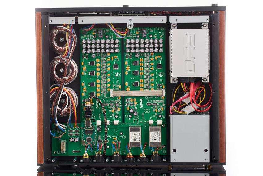 Das Obergeschoss bei abgenommenen Abschirmgehäusen: in der Mitte die beiden Wandler-Platinen, darüber das Digital Interface Board, links die drei Ringkerntrafos und rechts die Festplatten