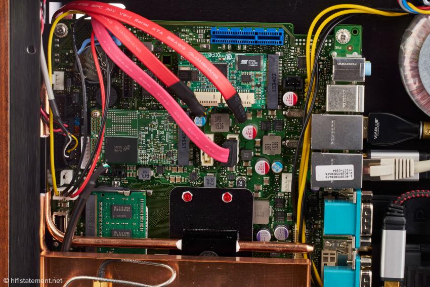 Die Abwärme des Prozessors wird über eine Heat-Pipe geräuschlos an den seitlichen Kühlkörper geleitet