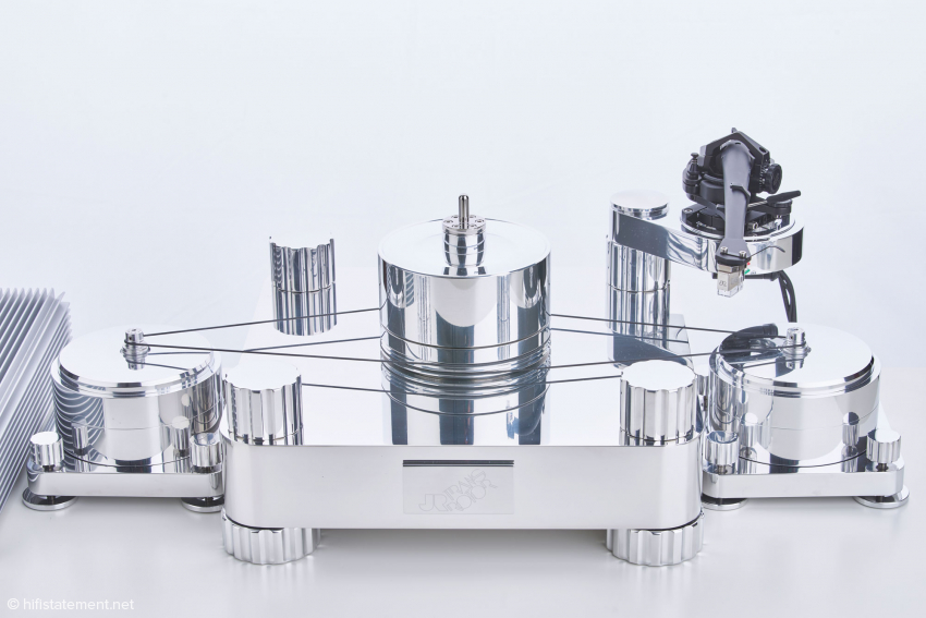 Der Massimo mit abgenommenem Teller: Die Riemen treiben die Riemenscheibe, die drehbar auf dem Subteller gelagert ist. Das Drehmoment wird berührungslos durch Magnete von der Riemenscheibe auf den Subteller übertragen