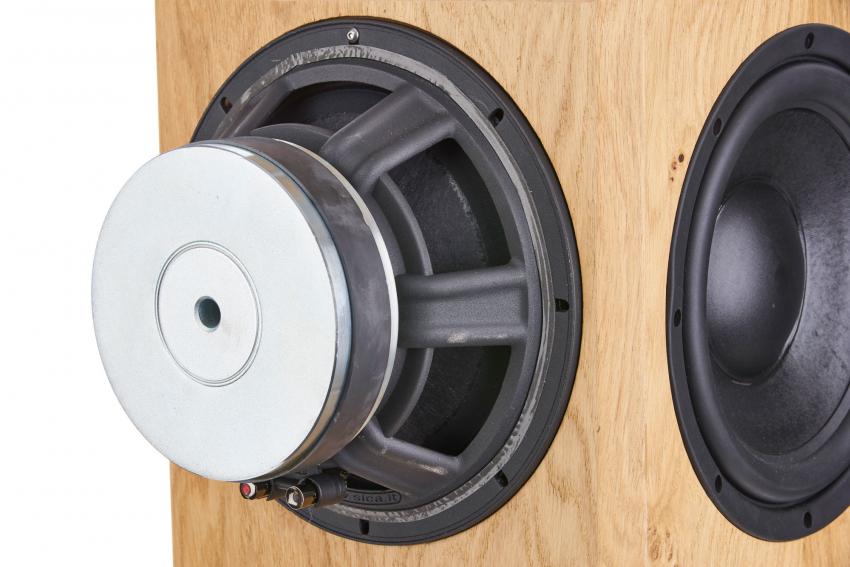 Links im Bild zu sehen ist der Tief-Mitteltöner von Sica mit einer 75-Millimeter-Aluminiumflachdraht-Schwingspule. Die Tiefbasswiedergabe geht hinunter bis 28 Hertz