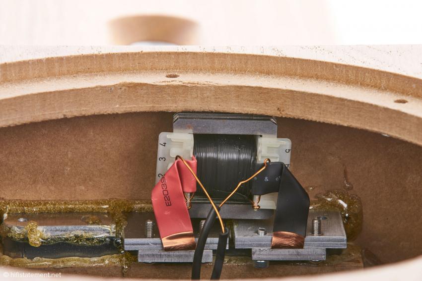 Der Übertrager für das patentierte Dipol-Bändchensystem wird in reiner Handarbeit gefertigt