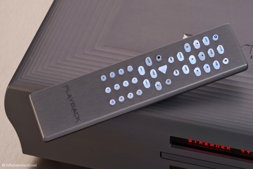 Auch die Fernbedienung überzeugt: Bei Betätigung und kurz danach sind die Tasten beleuchtet. Zum Batteriewechsel benötigt man allerdings einen Inbus-Schlüssel