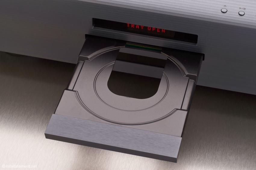 Die Lade erinnert daran, dass der MPS-8 auch ein vollwertiger CD- und SACD-Player ist