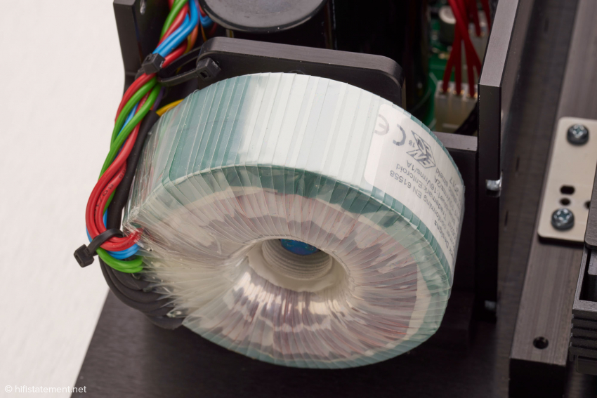 Beim MPS-8 wird die Digital- und Analogsektion jeweils von einem eigenen Netzteil versorgt. Hier der Ringkerntrafo eines Netzteils