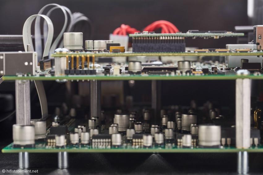 Unten die Analog-Platine, darüber das Digitalboard in den gleichen Dimensionen, die dritte und vierte Ebene sind dem optionalen Streaming-Modul vorbehalten