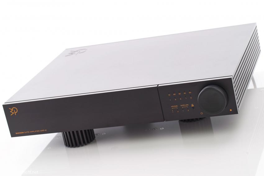 Der AMP-41 von vorne mit dem kombinierten Druck- und Drehknopf für Eingangswahl und Lautstärkeregelung