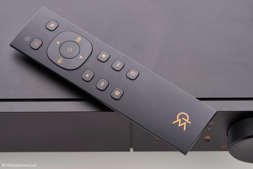 Die Stellung des Reglers für die Lautstärke wird dezent durch die beiden oberen LED-Reihen visualisiert, die untere LED-Reihe zeigt den gewählten Eingang an
