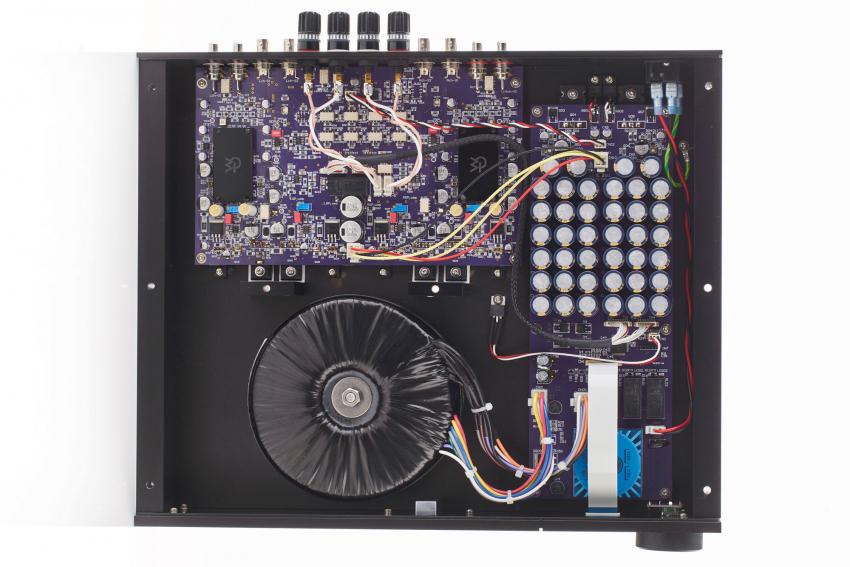 Der Innenaufbau des AMP-41 ist aufgeräumt und übersichtlich: oben die Platine mit der gesamten Verstärkerschaltung einschließlich Lautstärkeregelung, rechts die Netzteilplatine mit den Siebkapazitäten und unten der große Ringkerntrafo