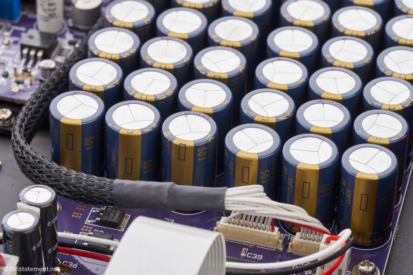 """Die Siebkapazitäten im Netzteil werden durch eine """"Armada"""" von vielen kleinen, parallel geschalteten Kondensatoren realisiert"""