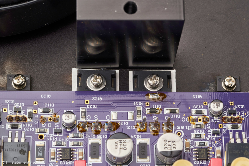 In der Mitte – durch die Platine zur Hälfte verdeckt – die beiden Mosfet-Ausgangstransistoren; dahinter der Aluminiumblock zur thermischen Kopplung von Boden- und Deckplatte