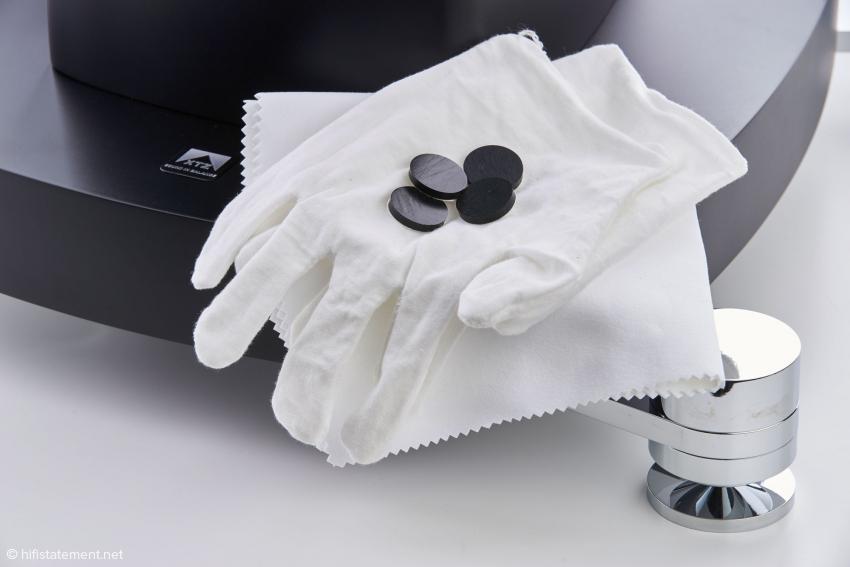Das Gehäuse aus mehrschichtigem Klavierlack hat sorgsame Behandlung verdient. Deshalb liegen Handschuhe und Staubtuch bei. Die Gummi-Plättchen kommen zwischen Box und Basis