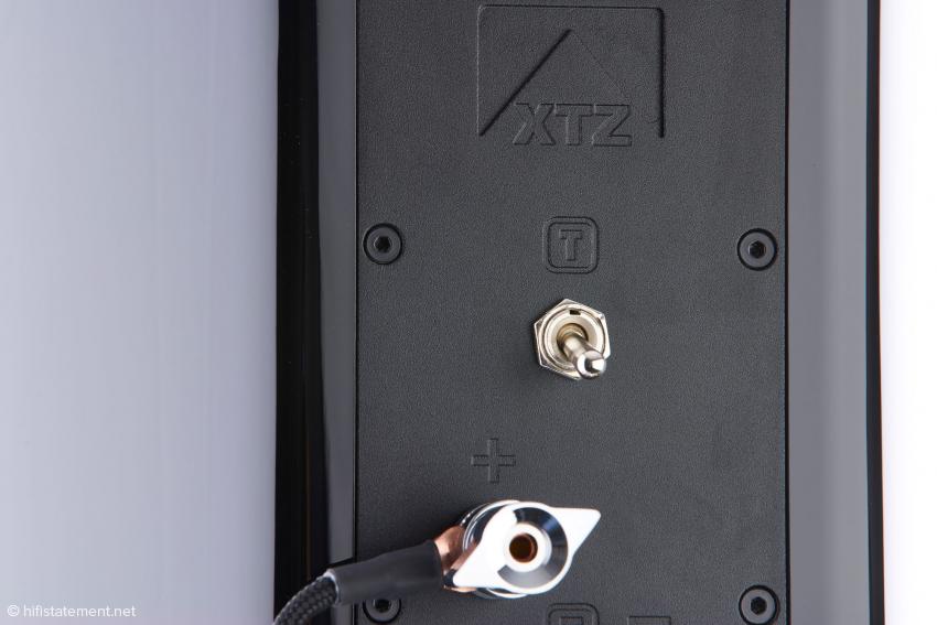 Um drei Dezibel kann die Lautstärke der Keramik-Kalotte mit dem Schalter zurückgenommen werden. Da er über 2000 Hertz ankoppelt, ist dies eine Fein-Anpassung