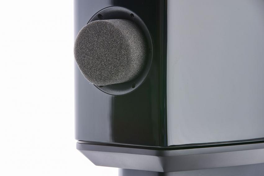 Mit dem Schaumstoff-Stopfen wird der Ventilier-Kanal geschlossen und der Frequenzverlauf im Bassbereich verändert