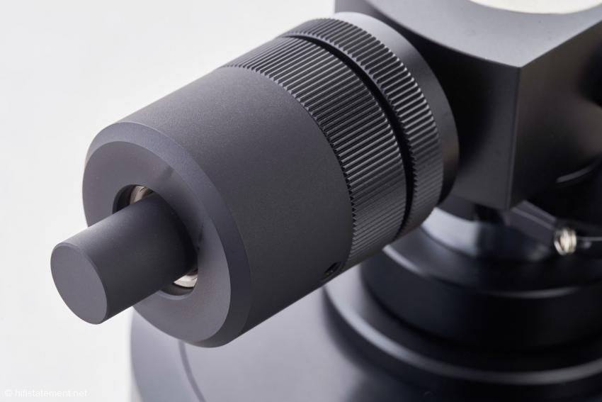 Zum Ausbalancieren schwerer Tonabnehmer kann der schwarze Bolzen in die Stange zur Aufnahme des Gegengewichts geschraubt werden