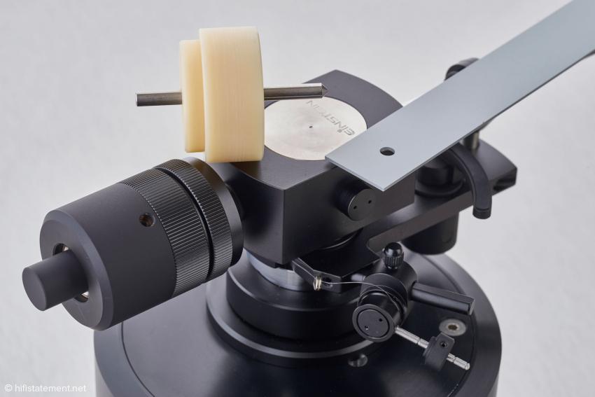 Mithilfe der grauen Abstandslehre und dem Drehteil lässt sich die Bohrung für den Tonarm anzeichnen und eine Basis anhand der 34-Millimeter-Bohrung oder der bereits montierten Armaufnahme justieren