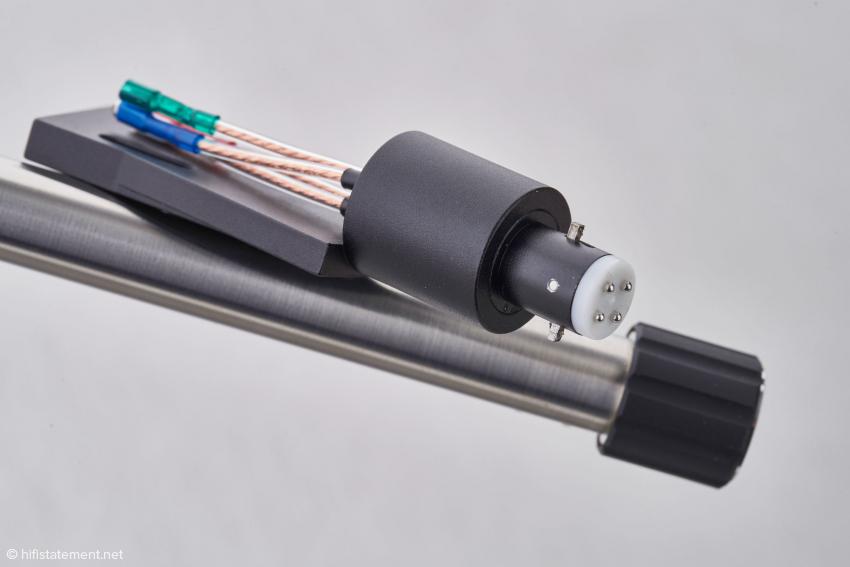 Die beiden Stift sorgen für die richtige Stellung des Headshells im Tonarmrohr. Die Kontakte sind durch Rhodium gegen Korrosion geschützt