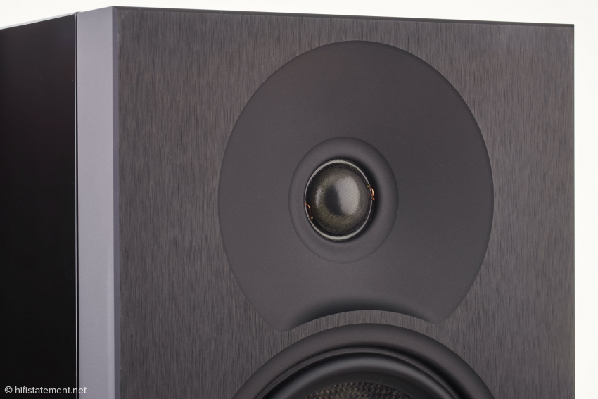 The built-in waveguide for the 28-mm Morel soft dome tweeter allows for a better frequency transition to the mid-woofer