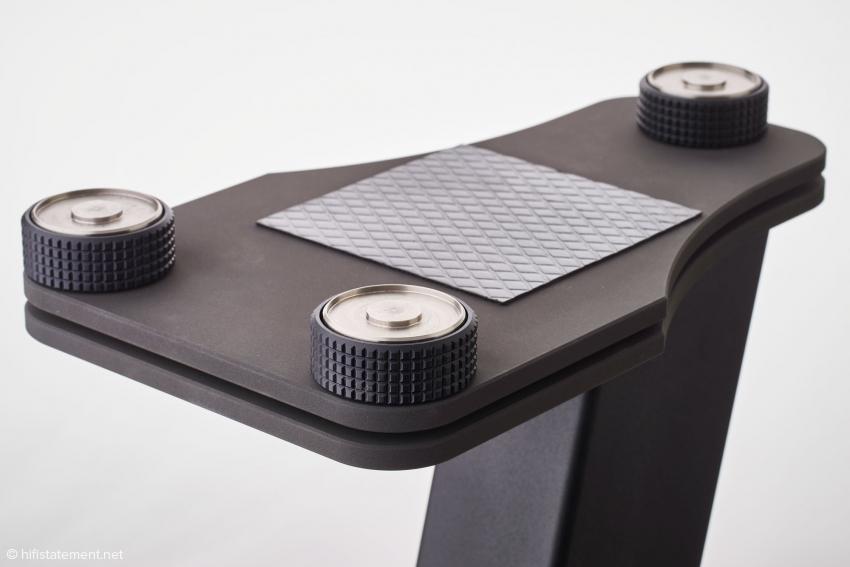 An Stelle eines Spikes enthalten die höhenverstellbaren Füße eine Stahlkugel, über die die Schwingungen auf eine Fläche von zehn mal zehn Millimetern Widia-Werkzeugstahl abgeleitet werden
