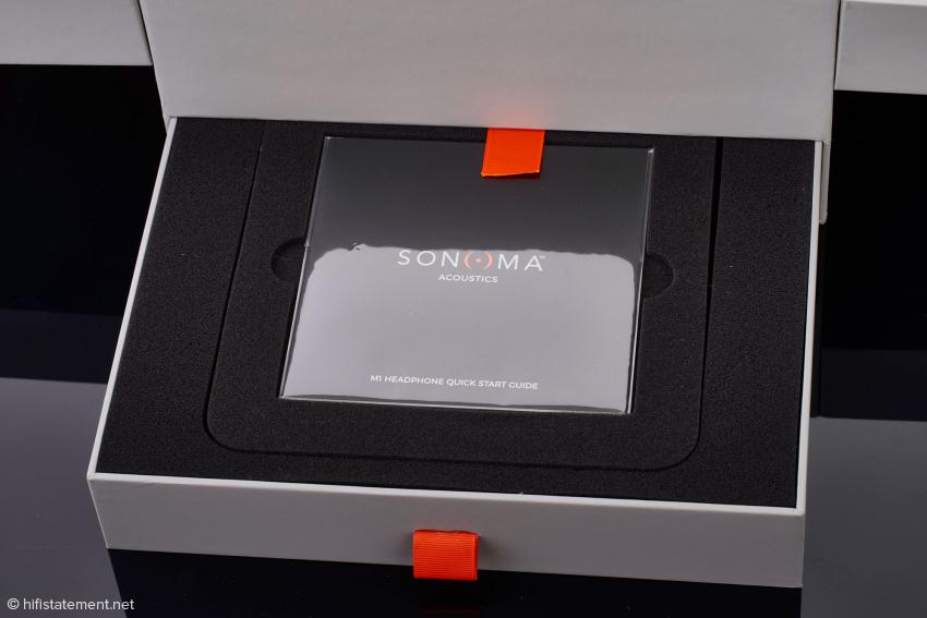 Die Freude beginnt beim M1 schon beim Auspacken: Anleitung und Anschlusskabel befinden sich in einer Schublade der noblen Box für den Kopfhörer