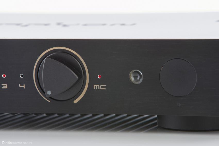 """Die """"MC-LED"""" zeigt die Wahl des Eingangs 1 an, wenn dort eine analoge Quelle anliegt"""