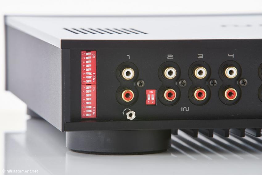 In der Phonoversion lassen sich Eingangsimpedanz und -kapazität kanalgetrennt über Dipschalter anpassen. Der Eingang 2 kann auch für Geräte mit einer Ausgangsspannung über 2 Millivolt eingestellt werden