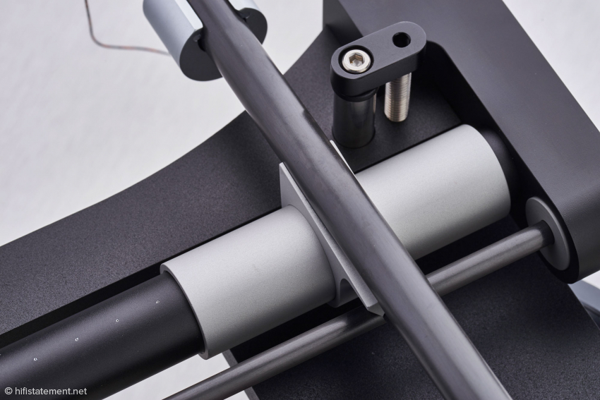 Die Verbindung der Buchse, die auf dem Luftpolster schwebt, mit dem Tonarm wurde möglichst resonanzarm gestaltet