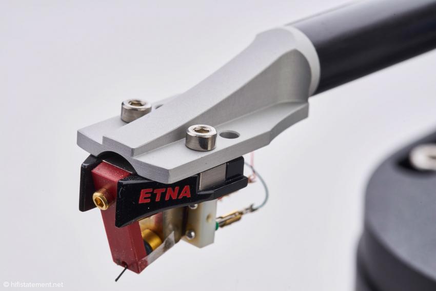 Das aus dem Vollen gefräste Headshell wird mit Zwei-Komponenten-Kleber mit dem doppelwandigen Carbon-Rohr verbunden.
