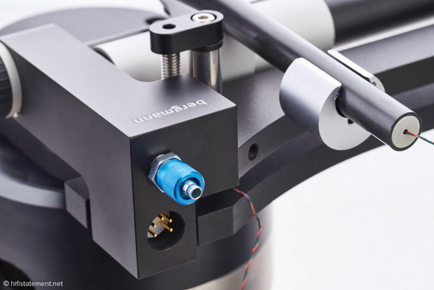 Der Anschluss für den Kompressor und darunter die DIN-Buchse für die Signalübertragung