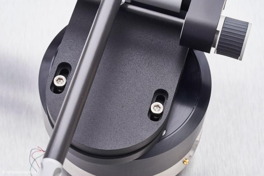 Nach dem Lösen dieser Schrauben lässt sich der Arm so verschieben, dass der Tonabnehmer ohne Fehlspurwinkel über die Platte geführt wird. Sie dienen auch der horizontalen Ausrichtung