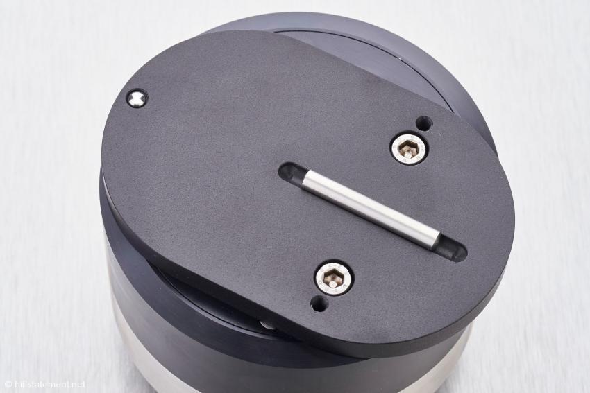 Das Level Board: Die eingelegte Stahlstange sorgt dafür, dass sich der darauf montierte Arm nur längs verschieben lässt. Er dient ebenfalls der horizontalen Ausrichtung des Arms