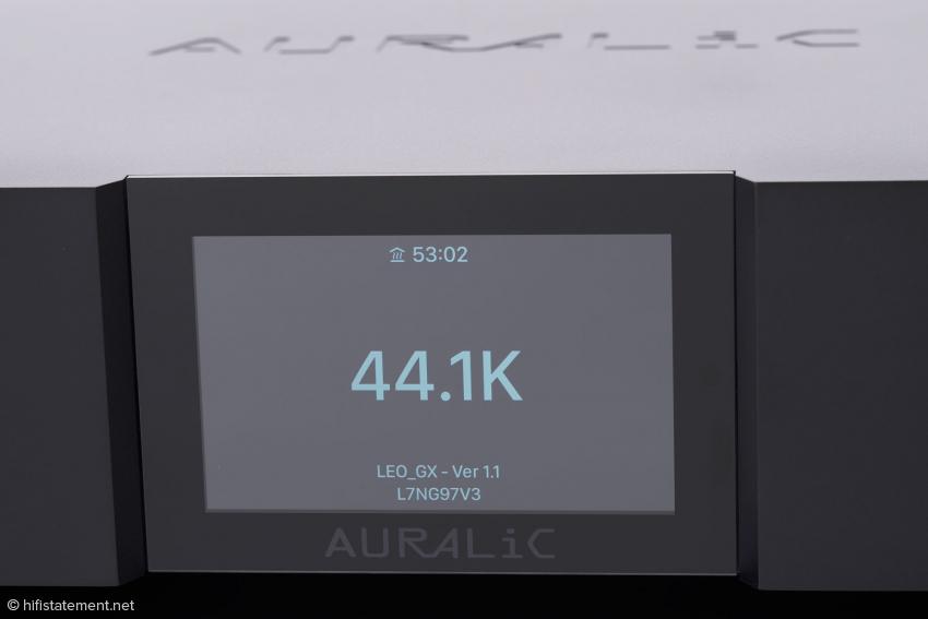 Oben im Display wird angezeigt, dass die Quarze in den beiden Clocks des Leo auf Betriebstemperatur gebracht werden. In etwas mehr als 53 Minuten wird der Vorgang dann abgeschlossen sein