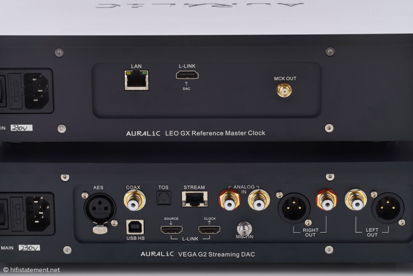 Das Taktsignal wird über die MCK-Buchsen vom Leo ausgegeben und vom Vega empfangen. Die LAN-Buchse des Leo erlaubt Software-Updates