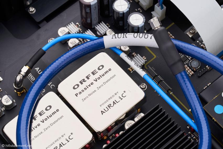 Unter dem externen Clock-Kabel ist die ihm entsprechende Innenverkabelung im Vega G2 zu sehen. Die gehört ebenfalls zum Lieferumfang des Leo GX Premium