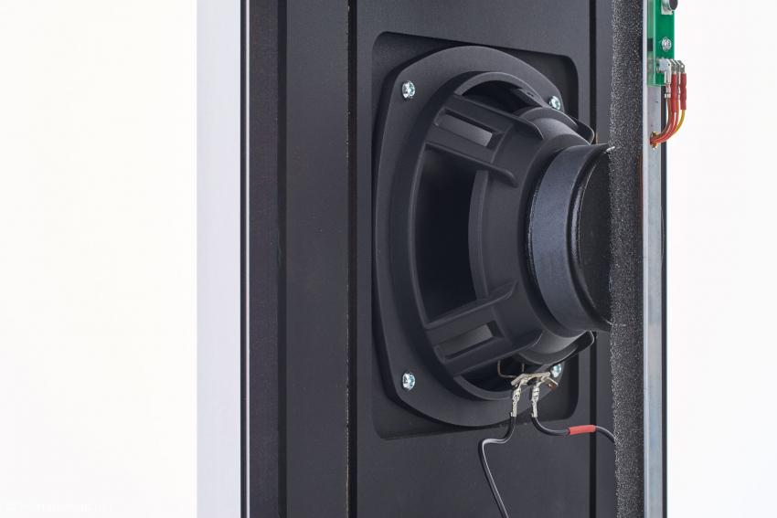 Das Tieftonchassis arbeitet auf ein geschlossenes und gedämpftes Gehäuse. Zwischen der Rückseite des Chassis und der mikro-perforierten Membran entsteht eine Kammer ohne Schalldruck